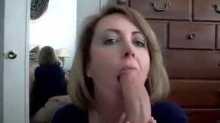 Blonde Mutter schluckt langen Schwanz