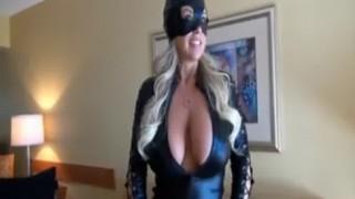 Catwoman mit großen Titten schluckt